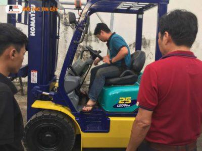Nhân viên xe nâng hàng sửa chữa và bảo trì xe nâng