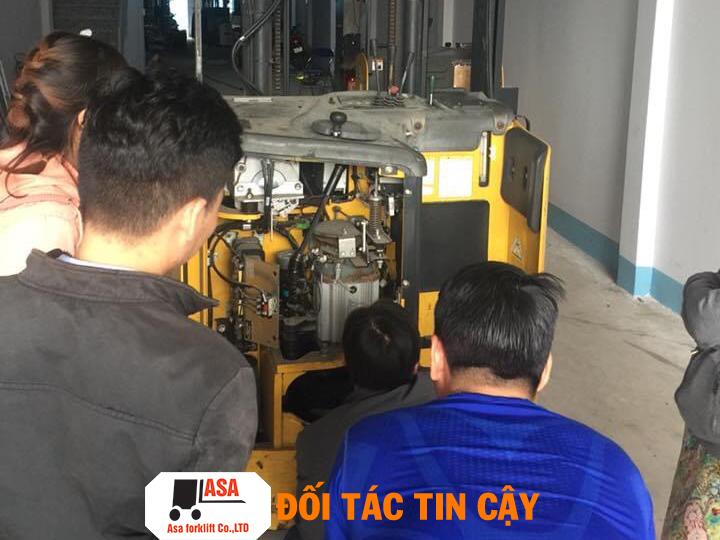 Khách hàng xem trực tiếp cách kiểm tra xe nâng của công ty ASA.