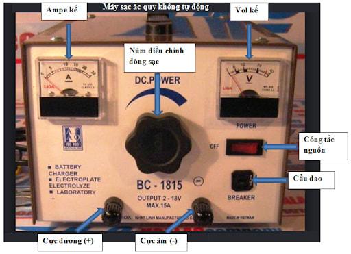 Vặn núm điều chỉnh dòng sạc cho tới khi vôn kế hiển thị giá trị mức điện áp sạc thả nổi và giữ nguyên vị trí của núm điều chỉnh cường độ dòng sạc