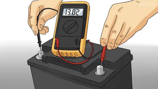 Kiểm tra để chắc chắn điện cực của thiết bị sạc và bình ắc quy phải cùng cực tính