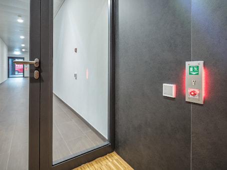 Cửa từ các phòng đến hành lang đi ra ngoài hoặc lối đi qua